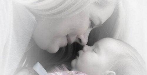 L'odeur de bébé douce et merveilleuse, une connexion sensationnelle
