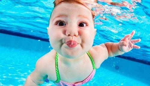 La stimulation aquatique favorise le développement sensoriel du bébé.