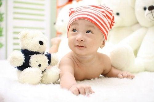 Acheter des jouets pour son enfant est nécessaire mais pas pendant les premiers mois de sa vie, toucher sa maman est son premier jouet
