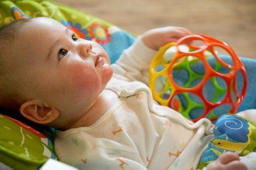 Les parents représentent le premier jouet des bébés