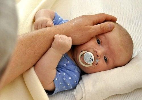 La relation du couple peut être mise à l'épreuve avec l'arrivée d'un bébé