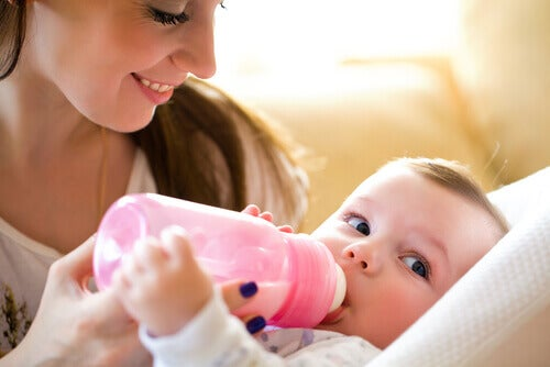 Mère donnant un biberon stérilisé à son bébé