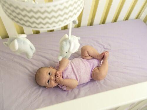 Troisième mois de la vie de bébé : développement de la motricité et des sens