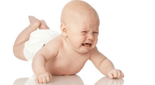Quand un bébé souffre de constipation, il est de mauvaise humeur.