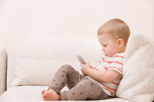 Bébé qui utilise un portable