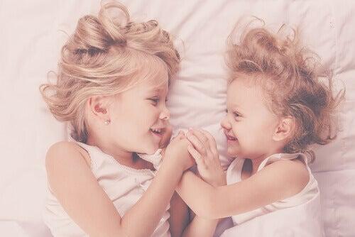 Pour accueillir un petit frère dans la sérénité, faites participer votre premier enfant.