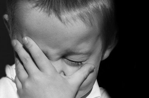 La peur et l'anxiété font partie des symptômes du manque affectif.