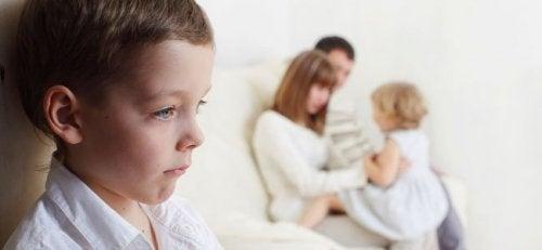 Les enfants peuvent être jaloux pendant une certaine période