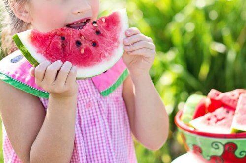 Servez à votre enfant des aliments sains qu'il aime pour le motiver à finir son assiette.