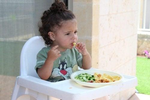 Un enfant qui mange les meilleurs aliments pour sa santé