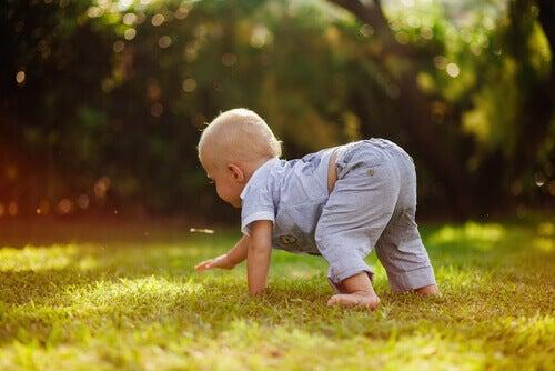 Jouer dehors fera que votre enfant aime la nature.