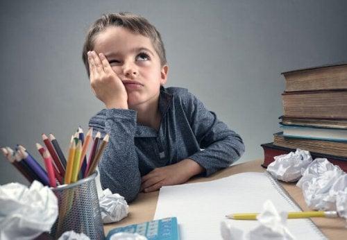 Garçon qui a du mal à se concentrer sur ses devoirs.