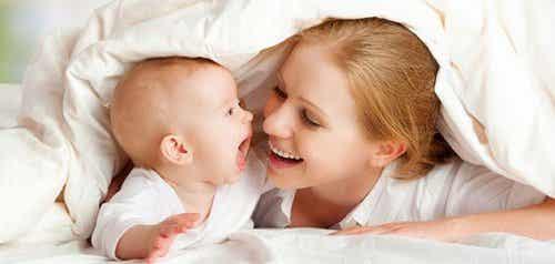 9 jeux pour stimuler les sens des bébés