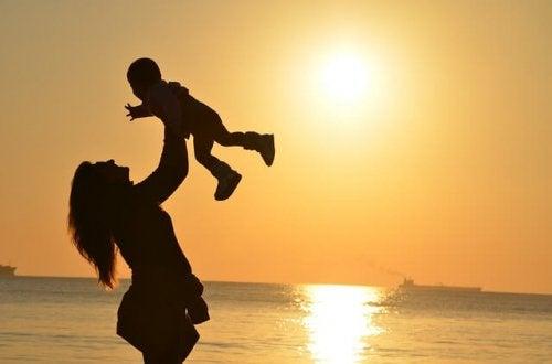 Les mères heureuses écoutent leurs enfants peu importe la question où ce qu'ils ont à raconter.