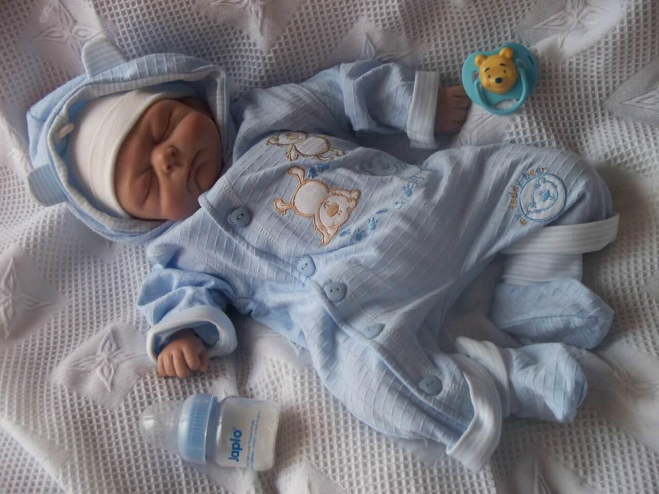 Bébé en pyjama.