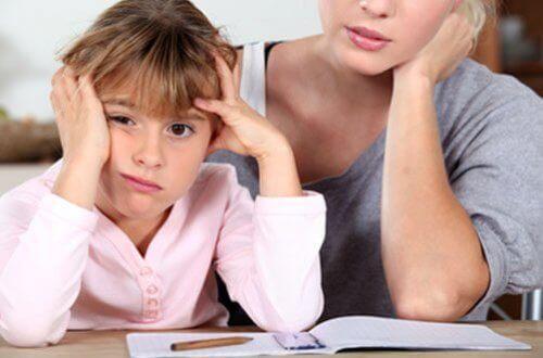 Être une mère embêtante aide les enfants à mieux réussir dans la vie
