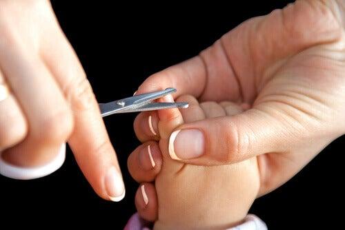 Couper les ongles d'un bébé peut s'avérer difficile pour de nombreux parents