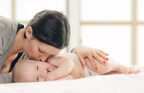 Maman fait des bisous à son bébé