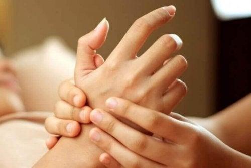 appuyer sur les doigts permet de réduire les douleurs liées au stress