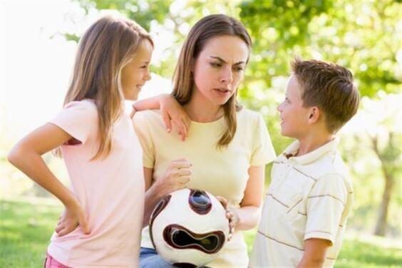 Les enfants désobéissants ont souvent besoin d'écoute et d'amour de la part de leurs parents