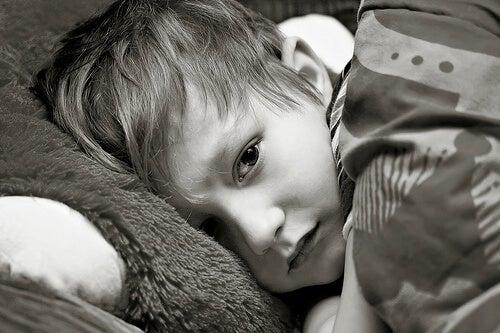 Petit garçon souffrant d'une maladie