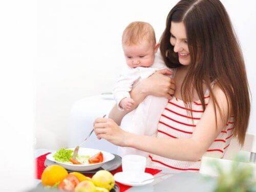 Mère avec son enfant en train de manger