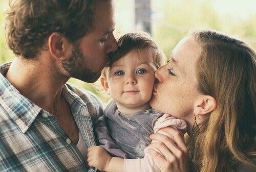Prendre soin du bébé de manière équitable contribue à son son développement