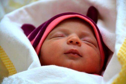 Le bébé apprend en douceur à dormir tout seul.