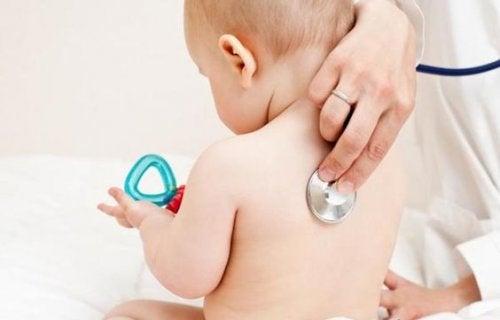 Si le bébé fait toujours des bruits étranges quelques semaines plus tard, parlez-en au pédiatre.