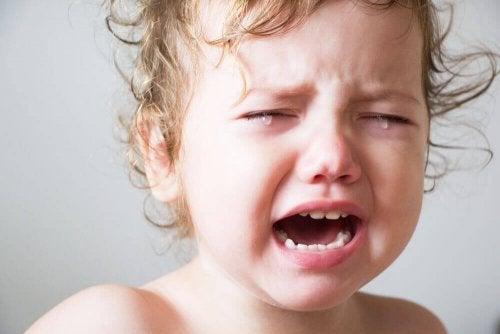 Bébé qui pleure car il est fatigué