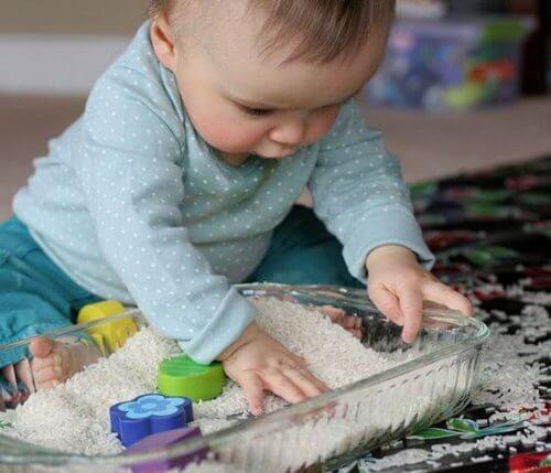 A cet âge, le bébé commence à utiliser ses mains.