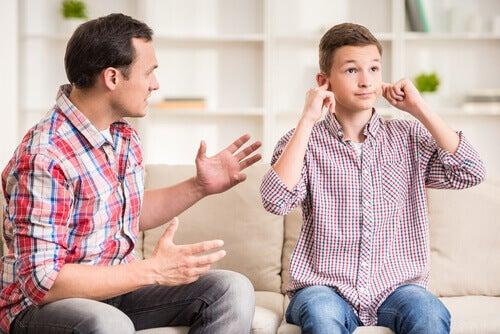 Le beau-père ou la belle-mère ne doit pas vouloir à tout prix imposer son autorité.