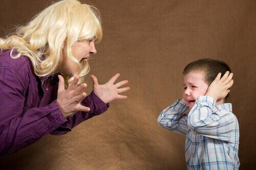 Le beau-père ou la belle-mère ne doit jamais infliger de châtiments corporels.