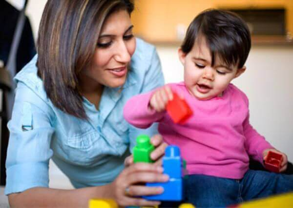 Un bébé de 2 ans ne veut pas prêter ses jouets mais apprécie que l'on joue avec lui