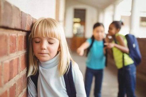 Pour affronter les moqueries, un enfant doit être sûr de lui et de ses capacités.