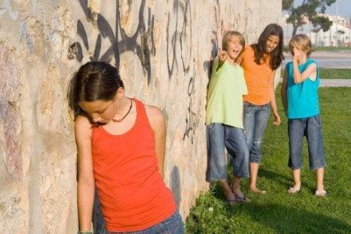 Comment apprendre aux enfants à affronter les moqueries ?