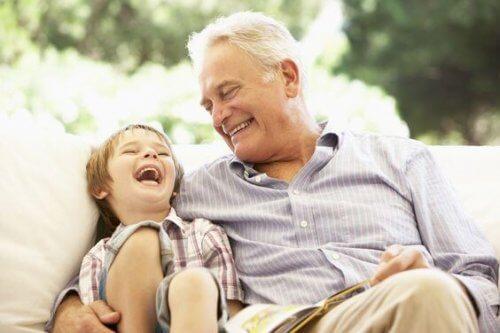 Les grands-pères transmettent les traditions et l'histoire familiale à leurs petits-enfants.
