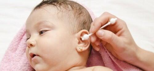 Nettoyer le nez et les oreilles d'un bébé est très simple même s'il n'apprécie pas tellement