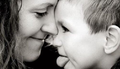 Mère avec son fils en train de sourire
