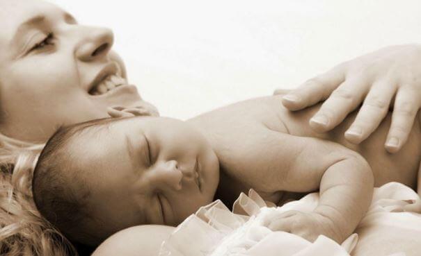 Une maman-bébé n'a plus les pieds dans le monde réel et est connectée totalement avec son petit