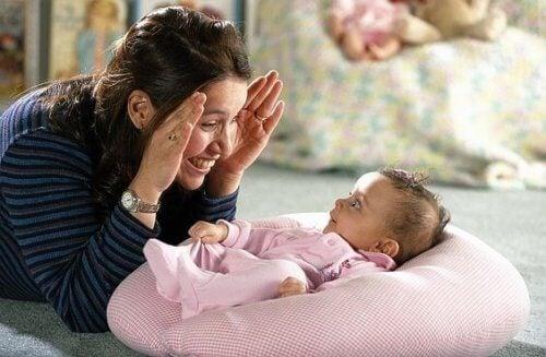 Sourire et parler au bébé le stimule.
