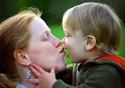 Un enfant est plus attentif à la voix de sa maman.