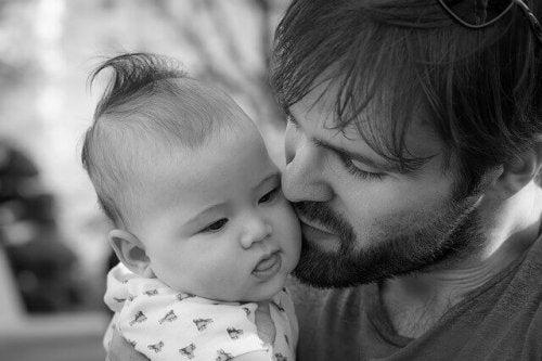 Pourquoi et comment impliquer le père dans le soin des enfants ?