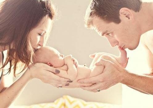 Prendre soin du bébé est l'affaire de deux