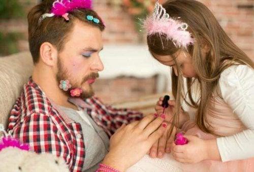 Papa joue avec sa fille et l'écoute