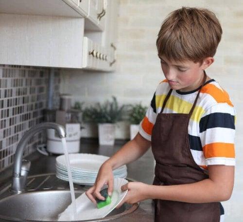 Adolescent qui fait la vaisselle