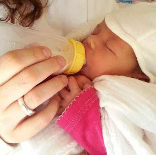 Que faut-il faire quand le bébé rejette son biberon ?