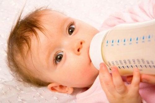 Le bébé rejette son biberon parce qu'il doit s'habituer à la texture de la tétine.