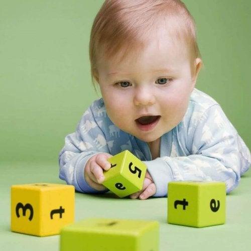 Il est très bénéfique pour un bébé de jouer tout seul.