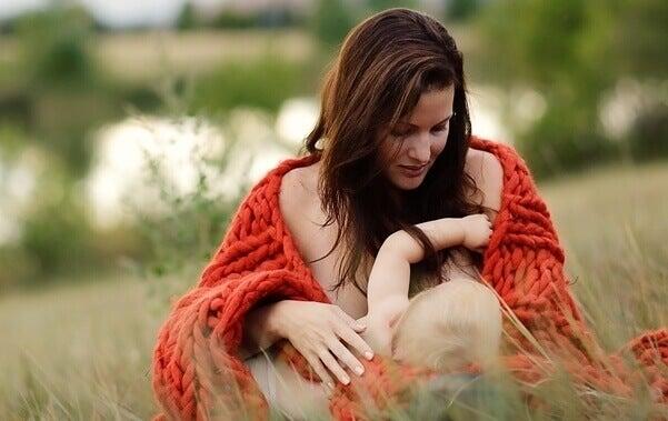 Les caprices pendant l'allaitement ont un lien avec la faim et le fait que nous produisons du lait avec des nutriments nécessaires au bébé